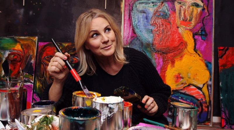 """<p>Birgitte Söndergaard använder specialfärger framtagna av Nordsjö färg. """"Det är en helt annan konsistens så jag har gått lös alldeles överjävligt. Jag hatar att stå och klämma ur tuberna och så kommer det bara slattar. Oljefärg ska komma i hinkar så man bara kan frossa!""""<br></p>"""