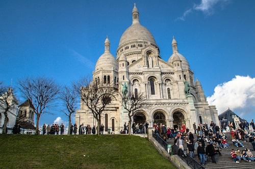 """""""Vid Sacré-Cœur i Paris försökte en gatuförsäljare påstridigt knyta ett simpelt armband på min högerarm"""", berättar Jonatan Borling."""