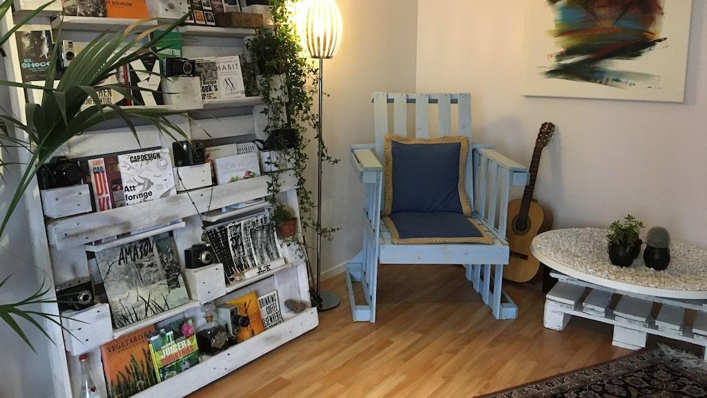 """""""Jag skänkte bort allting, till och med sängen. Och det var en fantastisk känsla av befrielse att stå där i en tom lägenhet med vita väggar. Underbart! Efter det bestämde jag mig för att bygga mina egna möbler"""", säger Alee Farrohi, 35."""