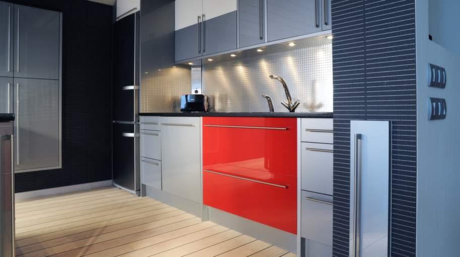 Färgskalan är stramt hållen i grått, rött och svart. Luckan är tillverkad i akryl och kommer från Crown kök i Ängelholm.