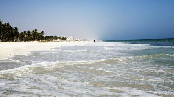 Stranden ligger på och intill hotell Crowne Plaza Resort.