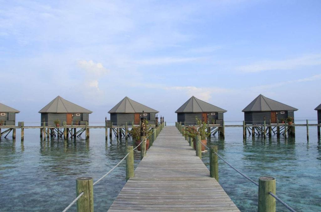 <p>Komandoo Island resort ligger på pålar i vattnet.</p>