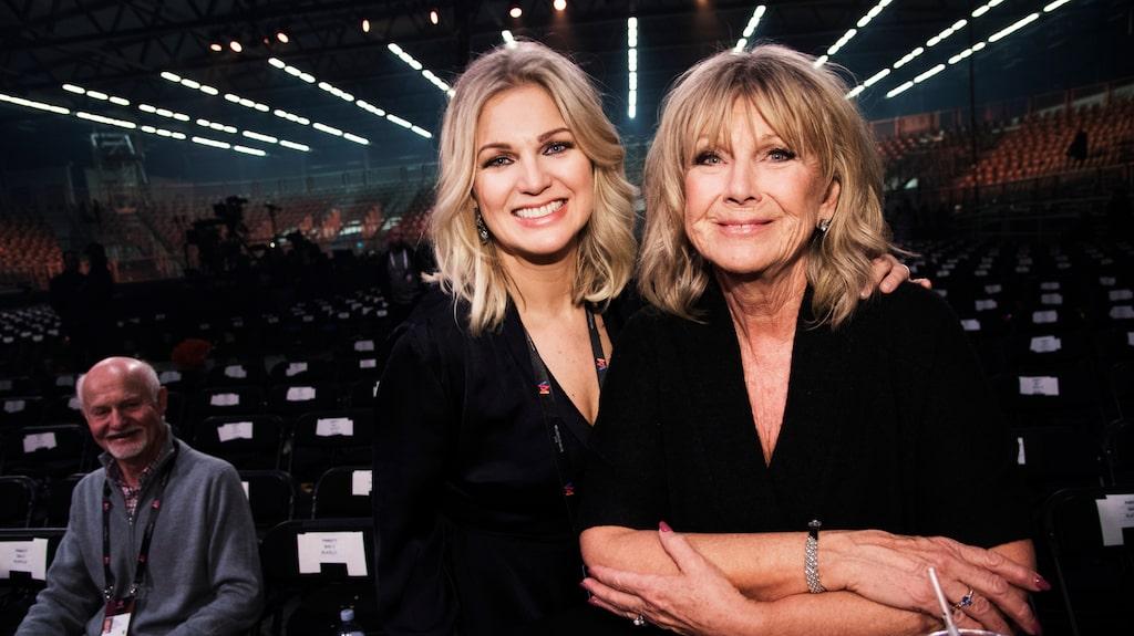 Ann-Louise Hansson med dottern Josefin under Melodifestivalen i Lidköping.