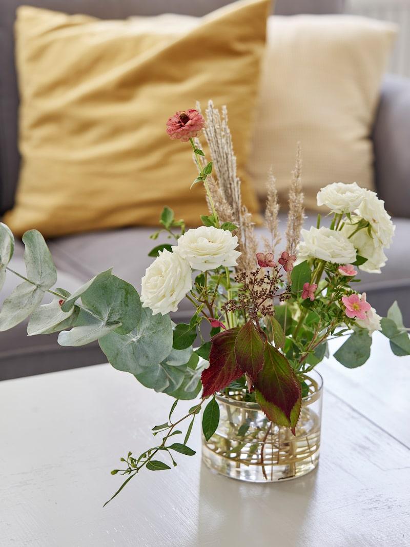 På bordet står en vacker bukett och sprider härlig stämning i rummet.