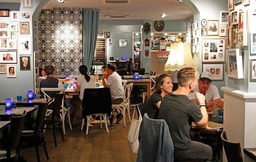 De bomma är en mysig restaurang där väggarna är täckta av fotografier på någons farmor/mormor.