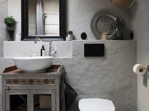 Badrummet har renoverats i en bohemisk stil med ett skåp från Udda Tina som fungerar som tvättställsskåp. Handfat från Clear. Bricka från Nille, lykta från Indiska och skål från Udda Tina. Lamporna är från Ilva.