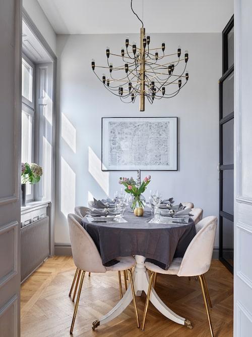 """""""Vi körde över 60 mil för att hämta matstolarna. Jag såg dem på Instagram och bara visste att jag måste ha dem och de fanns inte att få tag på online i Sverige, så vi gjorde en utflykt i stället.""""Lampa över bordet är i från Flos Sarafatti."""