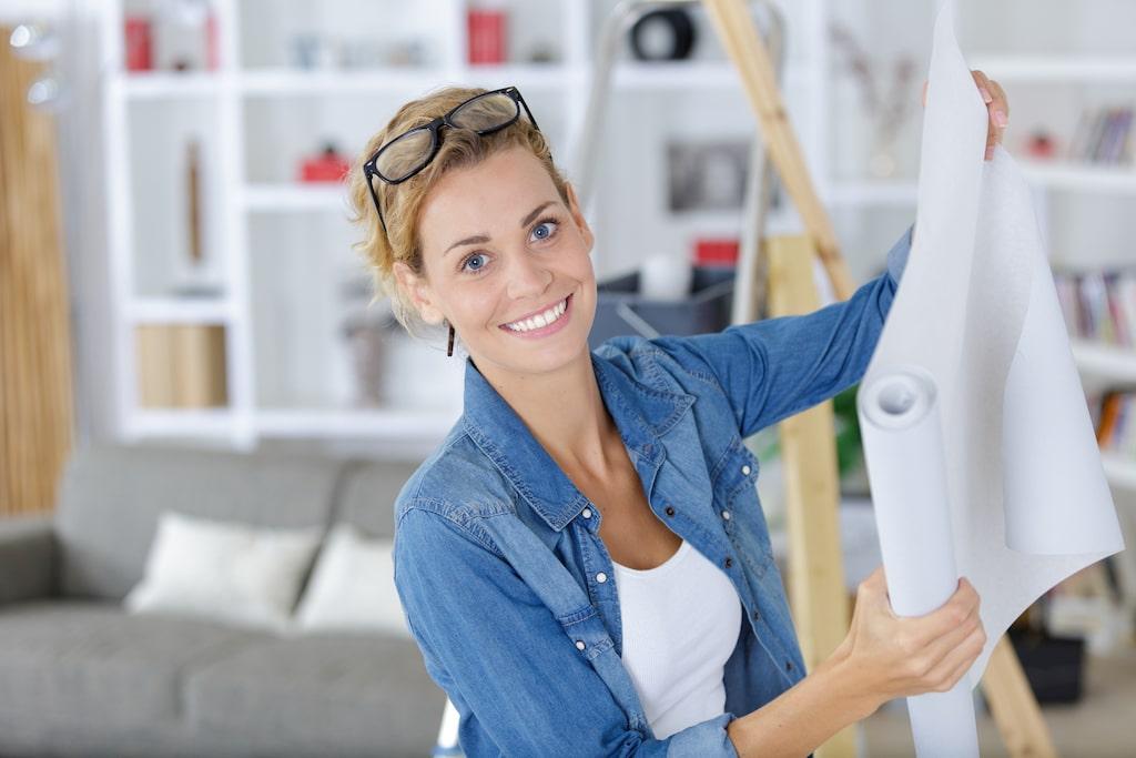 Att tapetsera en fondvägg är ett enkelt och snabbt sätt att göra om ett rum.