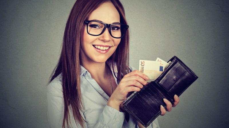 Ta ut kontanter och nöj dig med att nyttja dem i stället för att använda kortet. Då har du betydligt bättre koll på dina pengar.