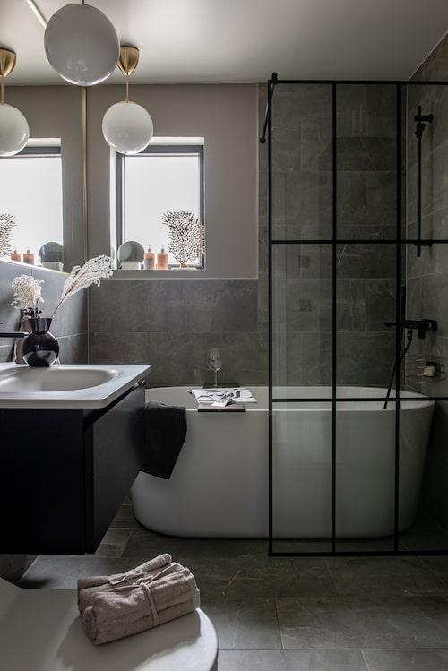 Badrummet har en specialbeställd duschvägg i industristil, från Duschbyggarna. Kakel/klinker från Golvabia. Badrumsmöbler, Vedum. Badkar, Westerberg.