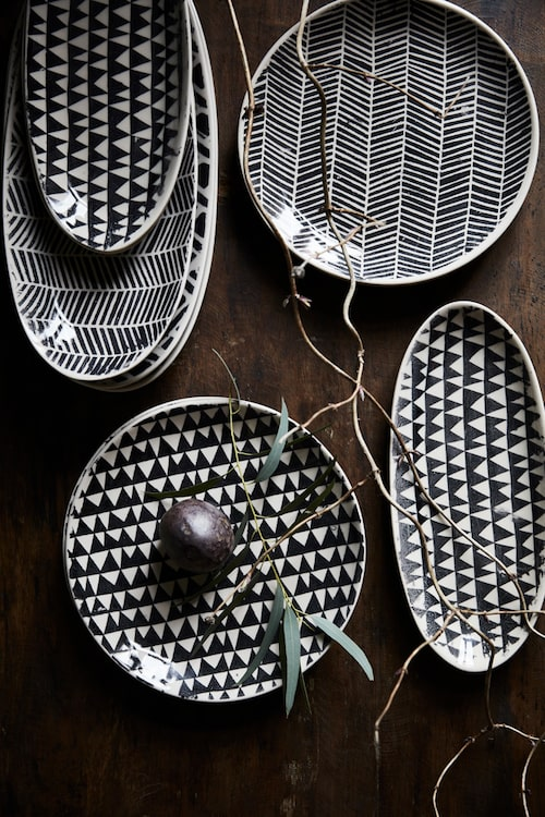 Trianglar och ränder. Blandade mönster ur serien Astrid, keramik, från 89 kronor styck, Olsson & Jensen.