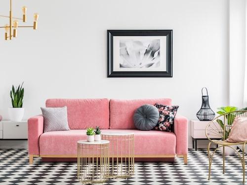 Ett snabbt knep är att dra ut soffan några decimeter från väggen.