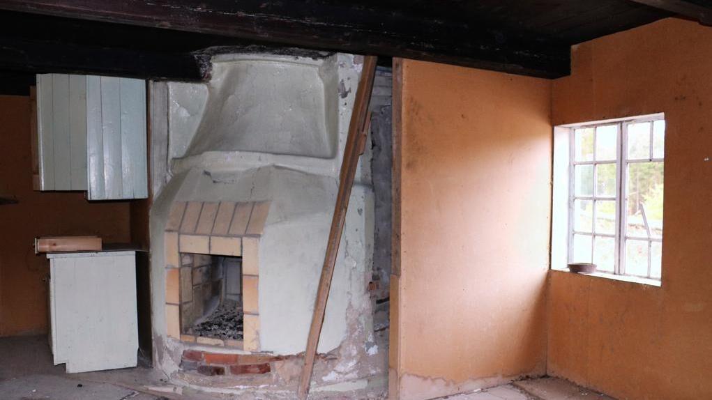 I det gamla köket finns en murad öppen spis.