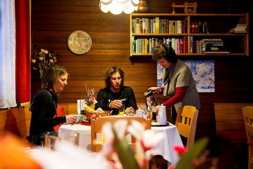 Traditionell österrikisk meny med vällagad alpmat hittar du på anrika och populära Hotel Taube i bergsbyn Schruns i Montafondalen.