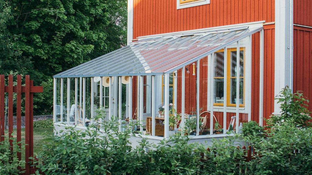 Med ett litet hus av glas kan du njuta ute långt in på hösten – kanske till och med året om.