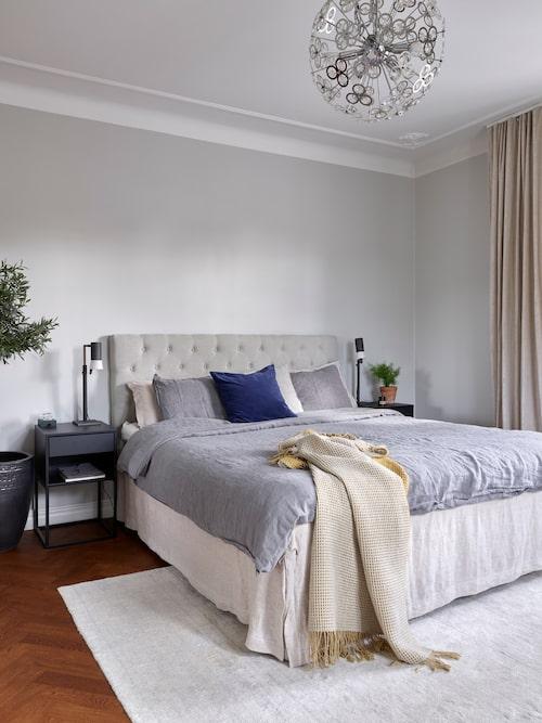 Malin har inrett parets sovrum med en stilren hotellkänsla som ger hela rummet ett lugn.