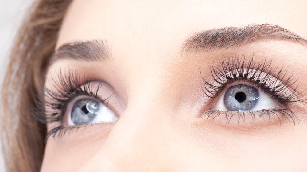 För den som vill ha längre ögonfransar finns det många metoder, både quick-fixes och behandlingar.