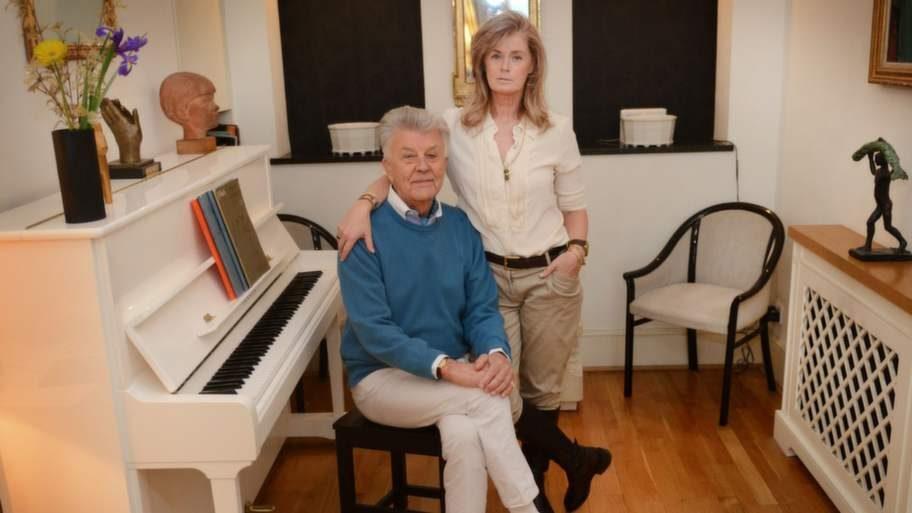 """Sven-Bertil och Mikaela vid det vita pianot som tillhör Felix. För sju år sedan spelade Sven-Bertil och hans musiker in plattan """"Alderville Road"""", med gäster som Håkan Hellström och Lisa Nilsson, i det här rummet."""