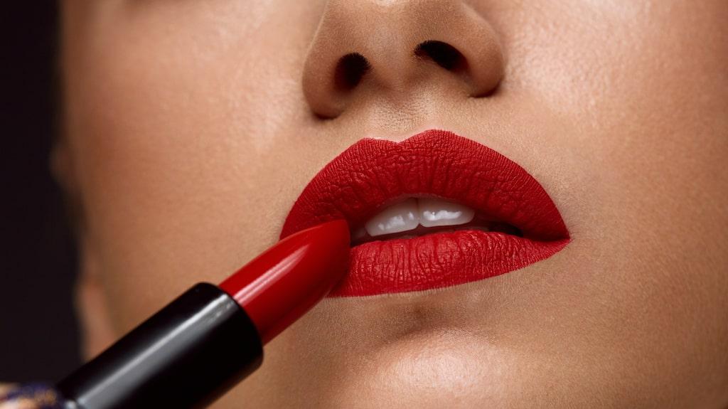 Varför inte ett klassiskt läppstift i rött?