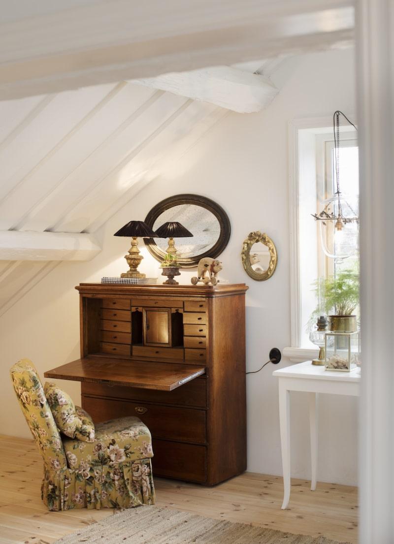 Gammal möbel. I sovrummet finns också plats för den här gamla sekretären.