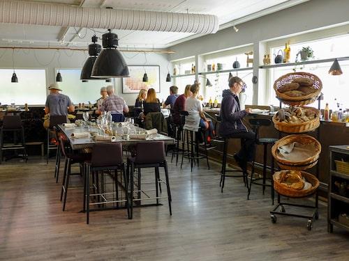 Krogen Spis skulle lika gärna kunna ligga på Södermalm, med sin industriinspirerade inredning och delikatessbutik.