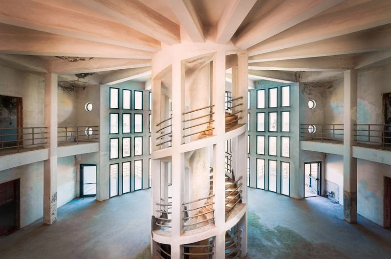 Byggnaden, som den här spiraltrappan finns i, byggdes någon gång i början av 1900-talet i Italien. Och enligt Roman Robroek ska arkitekten till den ha inspirerats av transport.