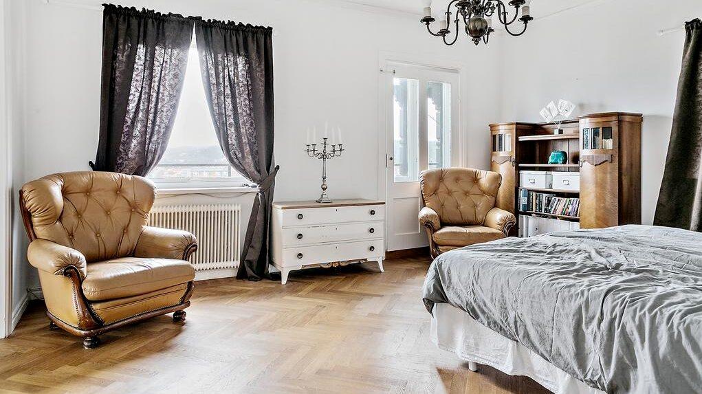 Rymligt sovrum med ekparkett.
