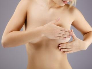 ont i bröstet vid mens
