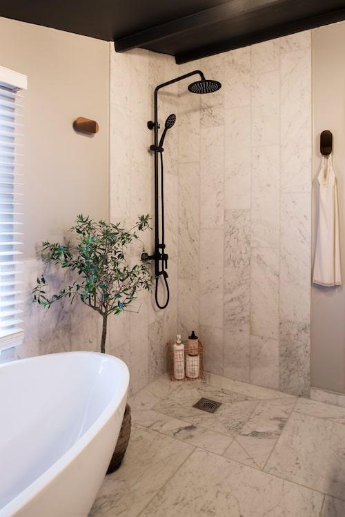 Badrum med härlig takdusch.