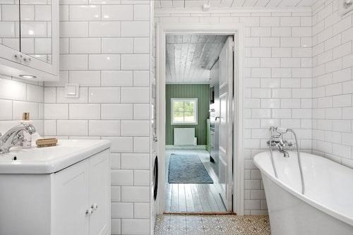 Nyrenoverat superfräscht badrum. Helkaklat med badkar.