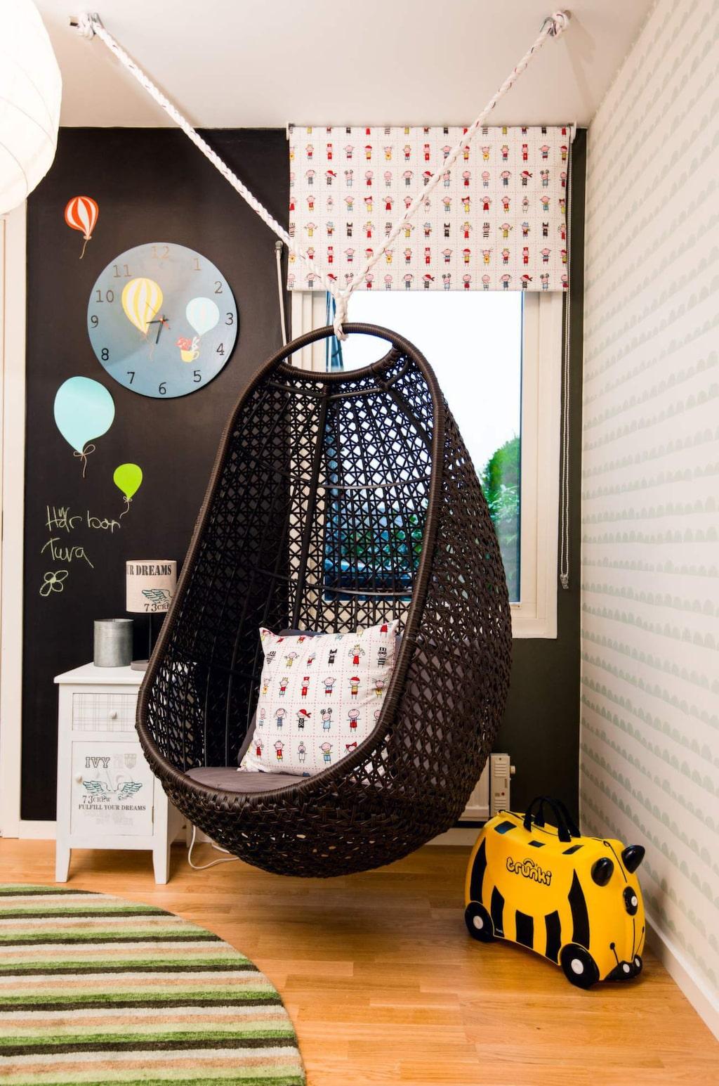 <p>Plats för mys. Hängstol, Balkongshoppen. Rullgardin och kudde, Busungar, Färg &amp; form. Sängbord, Kids concept. Matta, Carpetvista.</p>