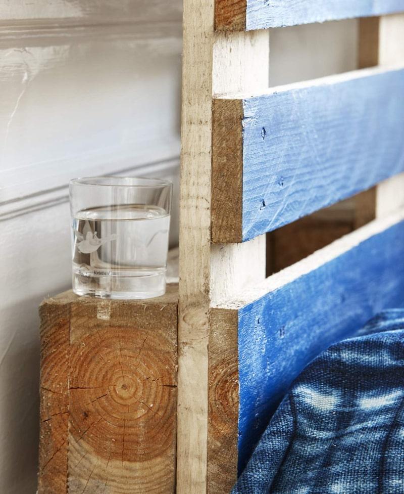 Det blir automatiskt ett par småhyllor bakom sägngaveln av lastpallens konstruktion, perfekt till vattenglaset.