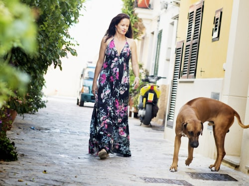 Malin Berghagen på promenad med hunden Bodhi.