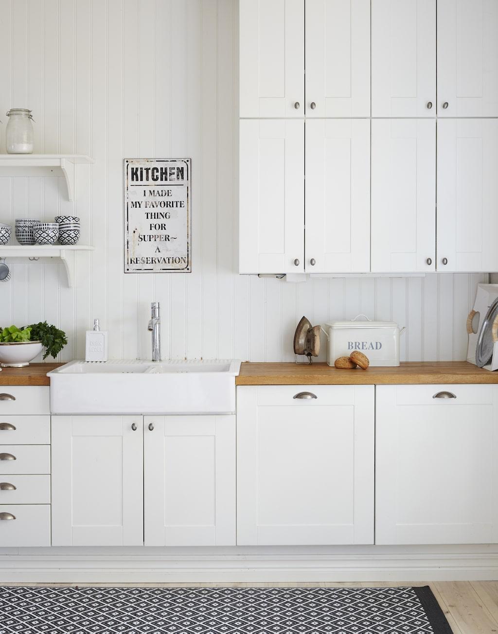 Malin ville skapa ett varmt och ombonat allmogekök. Med stommar från Ikea och lister som är specialbeställda från en lokal bygghandel har hon lyckats få köket att kännas näst intill platsbyggt.