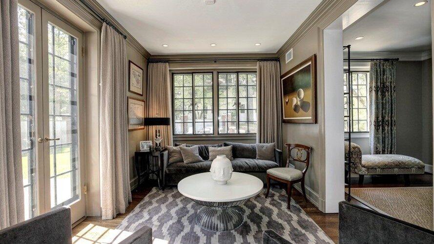 Ett av husets många sällskapsrum. Totalt är villan på 762 kvadratmeter.