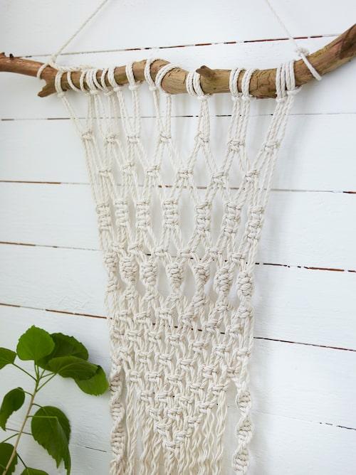 Att hänga en makramé som väggdekoration är populärt. Att knyta den själv kan dessutom vara roligt. Bläddra i bildspelet nedan för att se hur man gör!