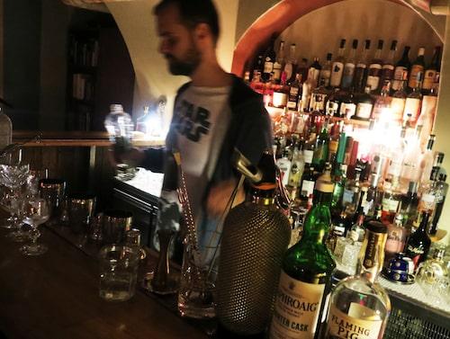 Är man nyfiken på specialdrinkar är den nördiga cocktailbaren Parlour rätt ställe.