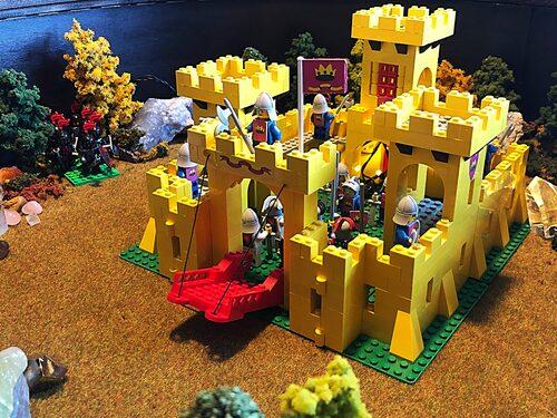 I det platsbyggda bordet finns ett tittskåp. Där pågår just nu ett slag om Lego-borgen mellan orcher och alver. Spännande för den som tröttnat på middagskonversationen.