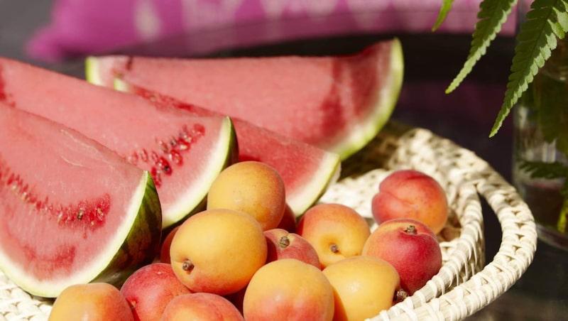 <p>Uppskuren vattenmelon och vackra aprikoser på ett stort, flätat fruktfat, 179 kronor, Indiska.</p>