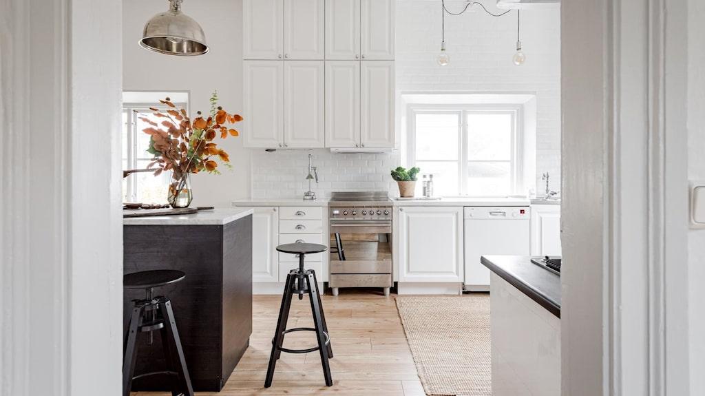 Köket är stort och ljust och modernt likt övriga huset.