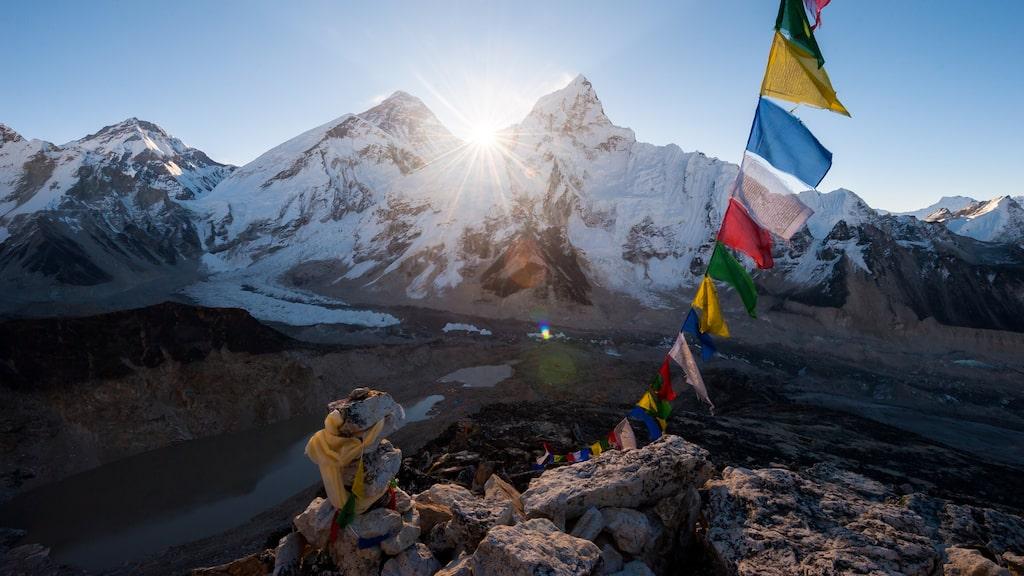 Mount Everest är världens högsta berg. Varje år söker sig 60 000 personer till bergets kinesiska del.