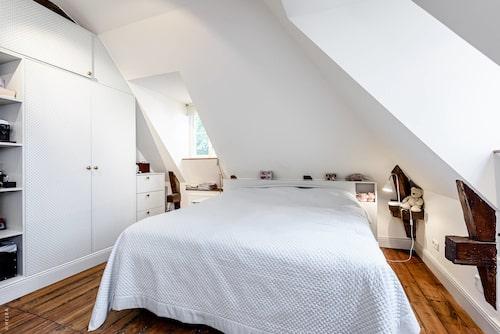 Den som vill skulle kunna göra två separata rum på övervåningen.