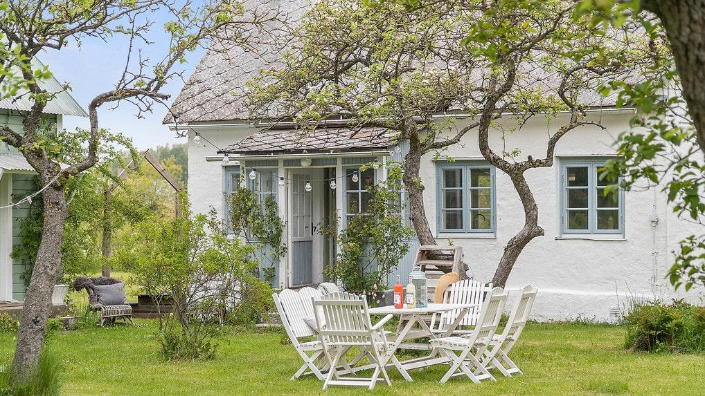 Det här är en gammal telegrafstation på Gotland som gjorts om till, först fritidshus och sedan permanentboende.