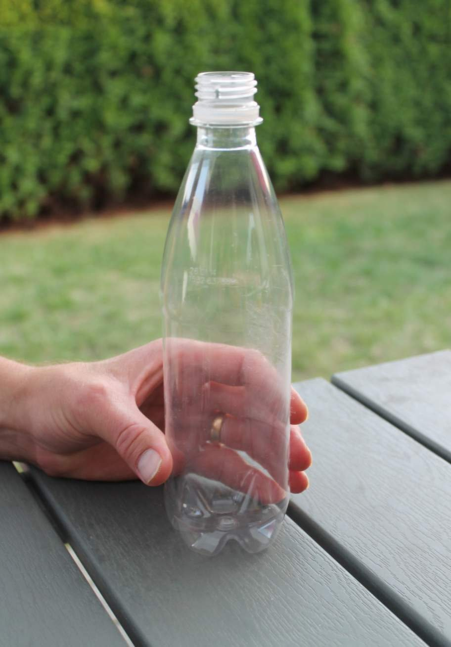 Allt du behöver är en tom PET-flaska. Både den stora och den mindre flaskan fungerar bra.