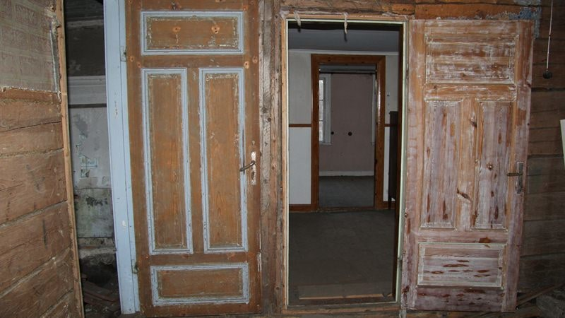Gamla fina dörrar som den nya ägaren förhoppningsvis behåller när hen börjar renovera.