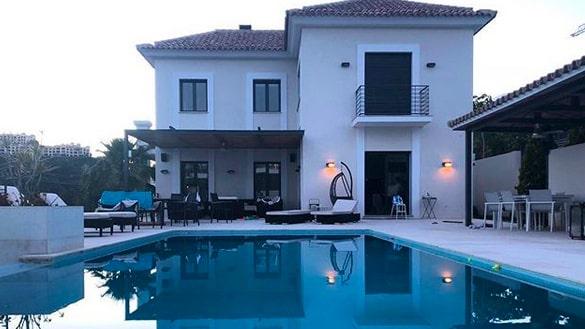 ... och bor i ett otroligt vackert hus med egen pool.