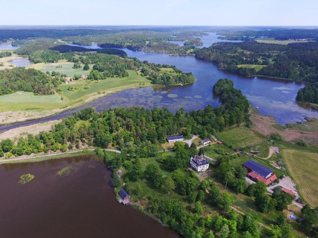 Slottet, 810 kvadratmeter stort, ligger bildskönt omgiven av vatten och vacker natur med ett rikt växt- och djurliv.