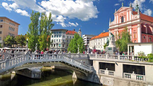 Broar som möts vid Fransiscanerkyrkan i Ljubljana.