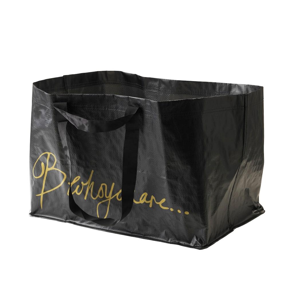 Bea har fått äran att designa en ny Ikea-kasse. Svart med guldtext, pris: 15 kronor.