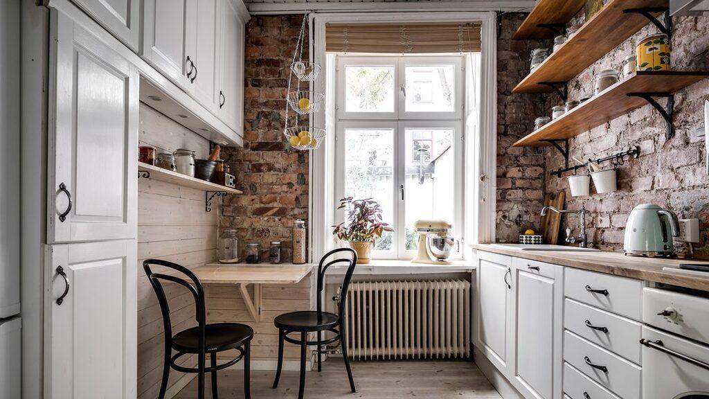 Köket har vackra tegelväggar och gott om förvaring.